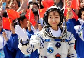 La taikonauta Liu Yang saluda antes de iniciar su vuelo espacial/ Reuters